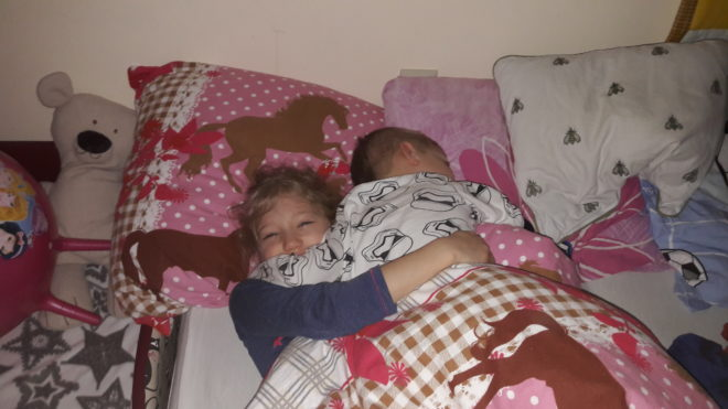 Együtt aludjunk, vagy külön a babától? Avagy igény szerinti alvás